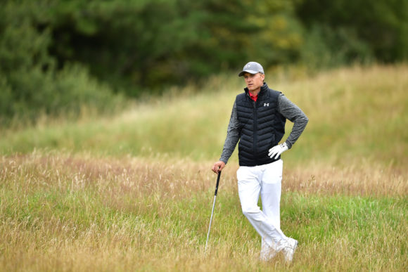 Jordan Spieth's Caddie Has Hilarious Struggles With Umbrella At British Open